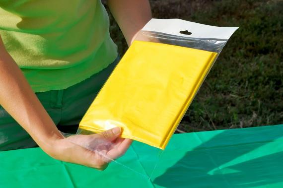 A műanyag terítőket szintén ftalát-, nem utolsósorban pedig brómtartalmuk miatt célszerű a polcon hagyni, és inkább hagyományos terítőt választani helyettük, még ha azt többször is kell kimosni.