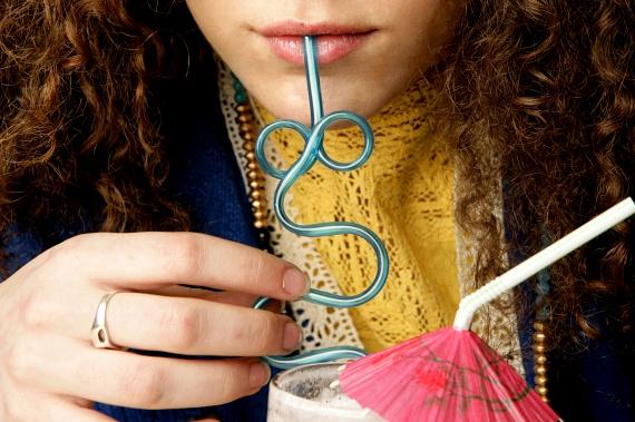 A szívószálak, különösen a vastagabb műanyagból készült, vicces formájú termékek, nagy mennyiségben tartalmazhatnak ftalátokat, melyeket előszeretettel adnak a műanyagokhoz, hogy azok hajlíthatóbbak, ellenállóbbak legyenek - káros hatásaikról ide kattintva olvashatsz bővebben. Jobb, ha nem veszel hasonló terméket, már csak azért sem, mert az itallal, illetve a szájjal érintkezve nagyon könnyen a szervezetbe kerülhetnek a káros anyagok.