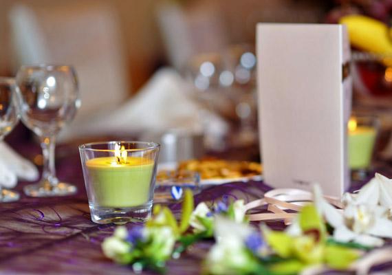 Ha romantikus étteremben vacsoráztok, minden bizonnyal van gyertya az asztalon. Amit az első randizók zavarukban előszeretettel forgatgatnak.