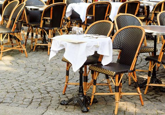 Az éttermi székekhez garantáltan minden vendég hozzáér, amikor leül. Jobb helyeken ez természetesen nem jelent gondot, hiszen rendszeresen áttörlik az ülőalkalmatosságokat.