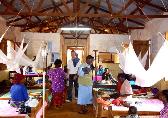 A malária - más néven váltóláz - először az 1600-as években ütötte fel a fejét, és azóta időszakos járványokat okoz a világ számos pontján: Fekete-Afrikában ma is több százezer halálesethez vezet évente. A maláriáért felelős kórokozókat az úgynevezett Anopheles szúnyog nősténye terjeszti. A képen egy tanzániai maláriakórház látható.