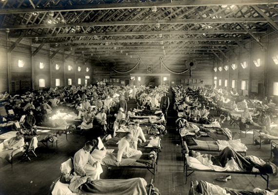 A spanyolnátha 1918-ban bukkant fel, és a következő két évben a Föld lakosságának 20-40%-át betegítette meg. A betegség ez idő alatt 50 millió halálos áldozatot szedett - többet, mint az első világháború. A képen spanyolnáthával küzdő katonákat láthatsz a kansasi Fort Riley egyik kórházi osztályán.