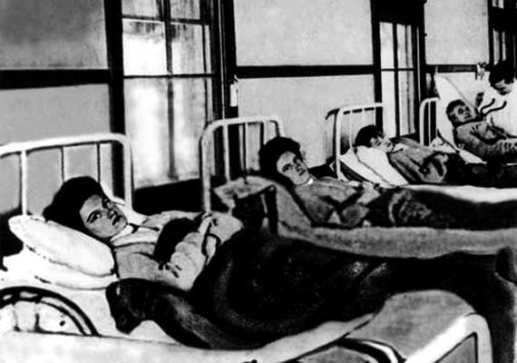 A ruhatetűben élősködő rickettsia parazita okozta tífuszt a 15. században írták le először hitelesen. A 16. századtól a 19 századig több ízben söpört végig a járvány Európán. Az első világháború során csak Oroszországban hárommillió áldozatot szedett a kór. A képen a történelem leghírhedtebb tífuszhordozója, Mary Mallon látható karanténban.