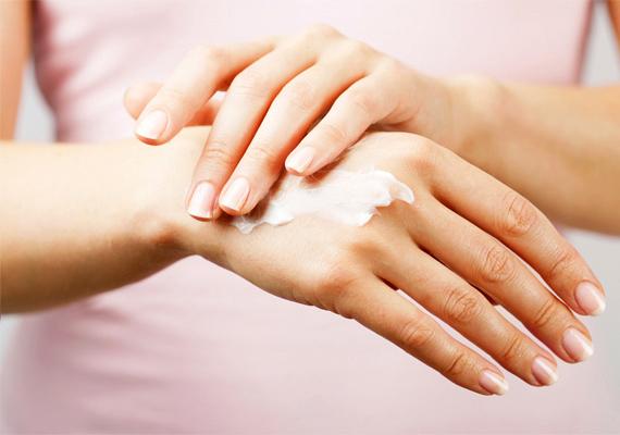 A bőr szárazsága a test különböző felületein, például a lábszáron, illetve a kézfejen, könnyen utalhat a teljes szervezet dehidratációjára: célszerű persze kívülről is hidratálni a bőrt, még fontosabb azonban, hogy ezt belülről is megtedd, elősegítve a test méregtelenítő folyamatainak megfelelő működését is.