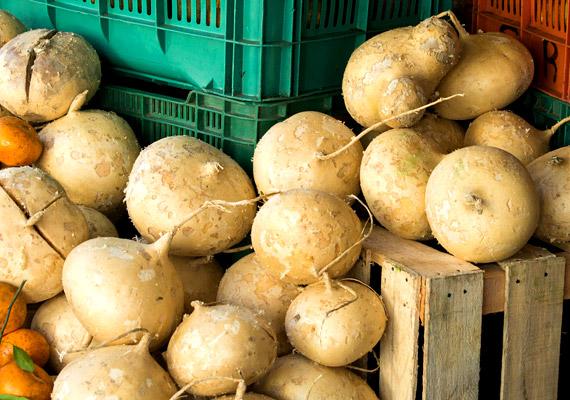 Nem nyújt igazán szép látványt az itthon még kevéssé ismert, Mexikóból származó gyökérzöldség, a jicama sem - a jamszbab gumója. Ettől függetlenül, lédús és ropogós textúrájának köszönhetően könnyen megszerethető. C-vitaminban és rostban bővelkedik, íze leginkább a karalábéra hasonlít. Hazájában előszeretettel fogyasztják nyersen - citromlével, sóval és paprikával vagy Cayenne-borssal megszórva.