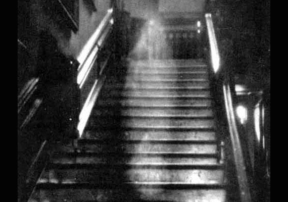 A ruhája után barna hölgynek nevezett jelenést 1936-ban kapták lencsevégre az angliai Raynham Hallban. A fotó Countrylife magazinbeli megjelenése felborzolta a kedélyeket.