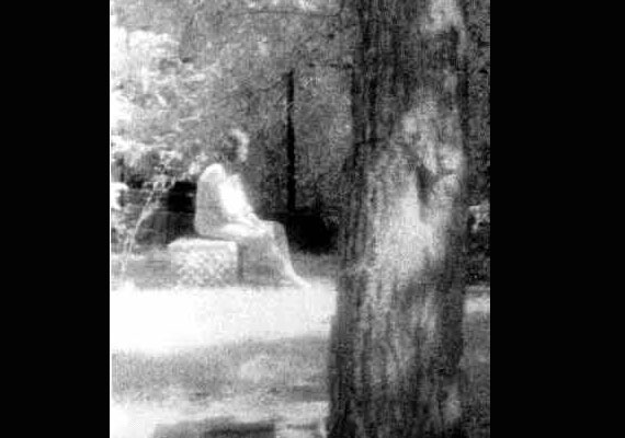 1991-ben szellemvadászok fotózták a Chicago melletti Bachelor's Grove temetőben ezt a bánatos nőalakot.