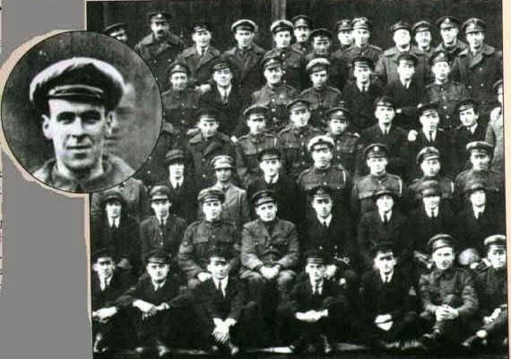 Az amerikai repülőszázadról 1919-ben készült csoportképen feltűnik két nappal azelőtt elhunyt szerelőjük arca.