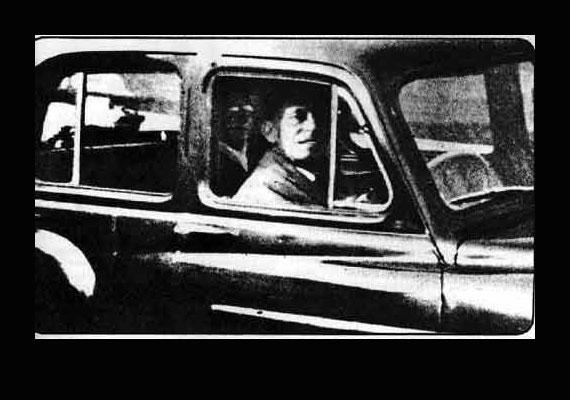 1959-ben Mrs. Mabel Chinnery épp édesanyja sírjától tartott a kocsiban várakozó férjéhez, amikor kattintott egyet gépével. A fotón a férfi mögött egy szemüveges alak látható.
