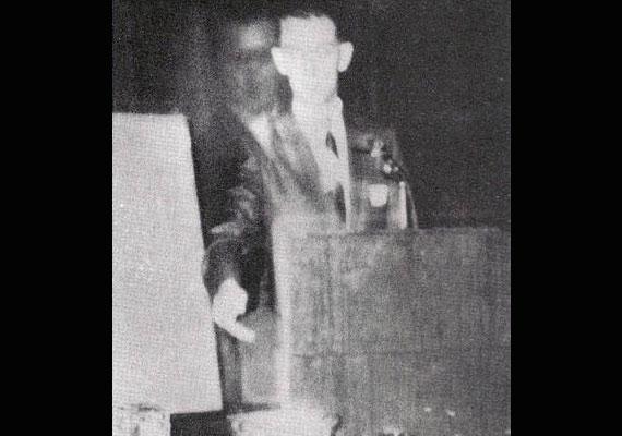 A fotó 1968-ban, Robert A. Ferguson spiritualista előadásán készült Los Angelesben.
