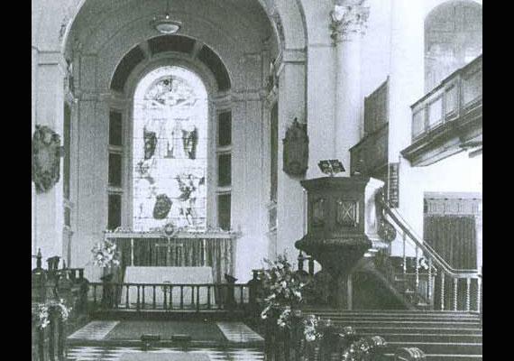 1982-ben Chris Brackley készített egy fotót a londoni St. Botolph's templom belső teréről. Amikor előhívta, meglepődve látta a jobb felső sarokban az áttetsző alakot.