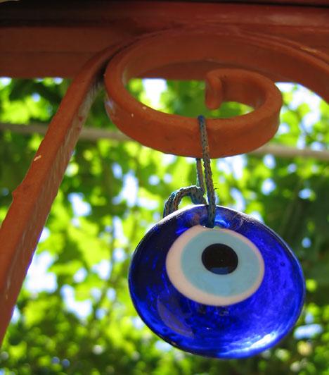 Nazar                         A törökök egyik legelterjedtebb amulettje a szemmel veréstől óv. Mivel elsősorban a kék szemű embereknek tulajdonítottak ártó erőt, ezért az amulett is kék színű. Magukkal hordják, máskor az ajtóra függesztik.                         Kapcsolódó cikk:                         A halott lelkek kapuja »