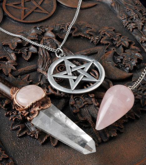 Pentagram                         A pentagram a boszorkányok kedvelt szimbóluma, melyet régóta az ideális, isteni geometria megtestesülésének tekintenek, és mágikus eljárások során használják. Tökéletességétől megrettennek az alvilág gonosz lakói.                         Kapcsolódó cikk:                         7 kellék, ami nélkül nem működik a mágia »