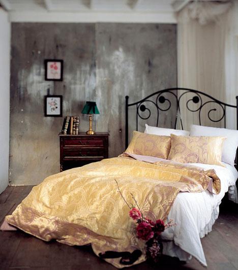 Hálószoba tippA feng-shui szerint a szobát alkalmassá kell tenned rá, hogy két ember használja. Ágyadat ne tedd például a sarokba, a fal mellé, mert így csak az egyik oldalról lehet megközelíteni. Ajtó mögé se tedd az ágyad, ha párt keresel, mert az az elrejtőzéssel hozható összefüggésbe, így magányos maradhatsz. Ha párt szeretnél, egy másik feng-shui ötlet, hogy az ágyadat helyezd el a hálószobában kelet-nyugati irányban!