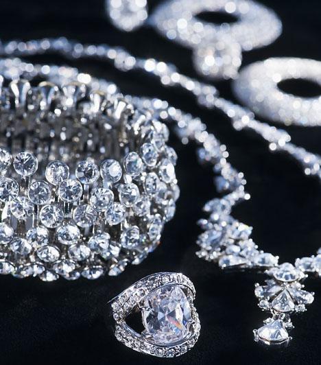 Ezüst ékszerekAz ezüst ékszerek nemcsak viselve, de a szoba egyik részében halmozva is erős szerelemhozó tulajdonsággal rendelkeznek a feng-shui szerint. Tedd ki ékszereidet dekoratívan, ízlésesen, például az éjjeliszekrényedre. Az ékszerbe foglalt kő is lényeges lehet. Ha ezüst ékszered rózsakvarccal kombinált, kétszer akkora erővel vonzhatod a szerelmet az életedbe.