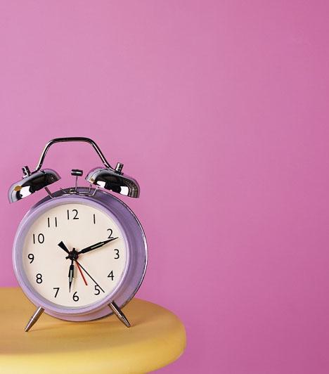 Bármi, ami rózsaszínA lakás textiljeiben, vagy akár a falon is megjelenhet a szerelmet bevonzó rózsaszín. A feng-shuiban ez a szín a szerelemmel és a házassággal van összefüggésben. Hálószobák falán kifejezetten jó hatással van a párkapcsolatra, illetve segíthet akkor is, ha párt keresel. Ha a rózsaszínet zölddel kombinálod, akkor a tüzet a fa elemével párosítod össze, mely egymást táplálva hihetetlenül energikus eredményt hoz.