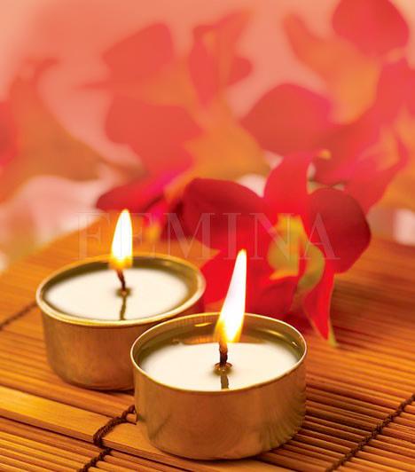 GyertyafényA gyertyák, mint tűz feng-shui elemek, energiát és nyugalmat visznek az otthonodba. Fontos, hogy a gyertya színét és a gyertyatartó anyagát megfelelően válaszd meg. Mivel a szerelem és a tűz két erősen összefüggő dolog, ha párra vágysz, tegyél gyertyákat a lakás különböző részeire, és gyújts néhányat egy-egy kellemes estén. Vigyázz, hogy soha ne maradjon égő gyertya őrizetlenül.