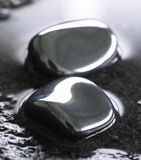 Hematit  A fémszínű hematit megerősíti az új szerelmet és megóv az érzelmi sebektől. Szorongáscsökkentő hatása van, és támogat abban, hogy az új kapcsolat kiállja az idő próbáját.