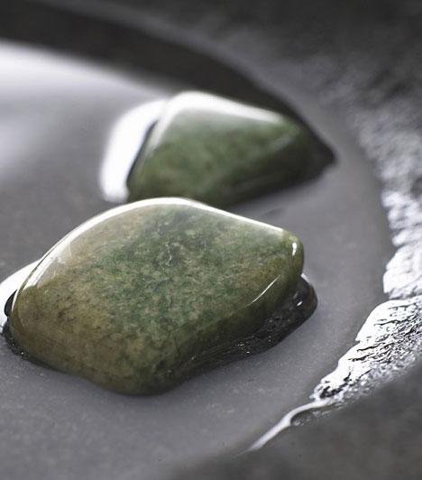 JádeA zöld színű jáde kő megnyugtatja a forrongó érzelmeket, növeli az önbizalmat és segít önmagad elfogadásában. Támogat az álmaid valóra váltásában, és megóvja a szeretetet a kapcsolatban.Kapcsolódó cikk:Ez az idei szerelemhozó talizmánod »