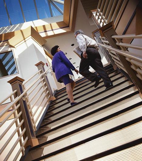 Előzés a lépcsőn  Siettedben is gondold meg, megelőzöd-e a lassabban haladókat a lépcsőn, mert ez szintén kedvezőtlen események hírnöke.  Kapcsolódó cikk: A leggyakoribb álomképek, melyek megjósolják a jövőt »