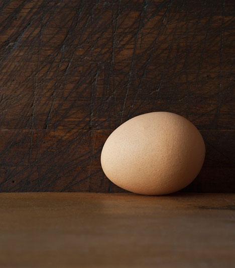 Leejtett tojás  Baljós előjel, ha leejtesz egy tojást, és az nem törik szét, csak megreped, vagy sértetlen marad. Még szerencse, hogy sokkal gyakrabban esik áldozatul a tojás a zuhanásnak - ha eltörik, jó hírekre számíthatsz.  Kapcsolódó cikk: A 13 legelterejdtebb babona »