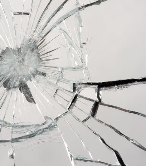 Törött tükör  A törött tükör az egyik első számú balszerencseforrás, ezért vigyázz a tükörre, mint a szemed fényére.  Kapcsolódó cikk: A halott lelkek kapuja »