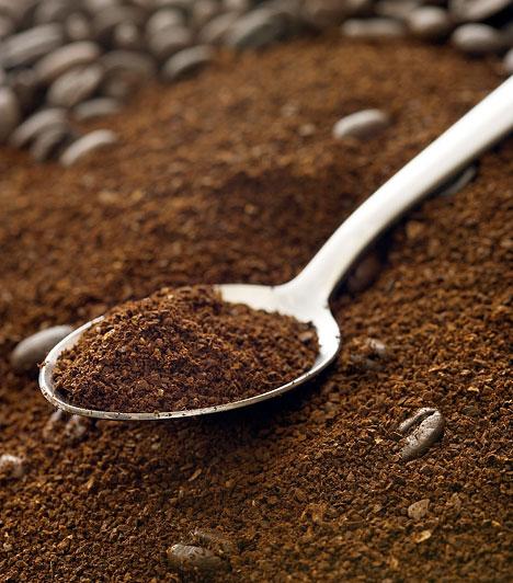 Kávézacc jóslás  Török módra készítsd el a kávét, vagyis az őrleményt szűretlenül forrald fel a vízzel, majd édesítsd. Amikor kész a kávé, töltsd a csészébe, idd meg, majd jöhet a keverés, végül borítsd a csészét a tányérra. A kirajzolódó alakzat segít a jövőbe látni.  Kapcsolódó cikk: Hogy alakul a magánéleted? - Így jósolj magadnak! »