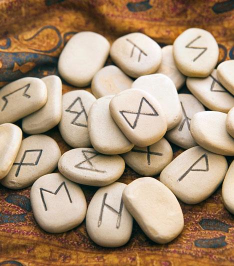 Rúnajóslás  A rúnák ősi viking szimbólumok, melyeket sziklába, kőbe vagy fába véstek. Eredetileg az isteni erők megidézésére szolgáltak. A rúnák az univerzum erőivel együtt rezegnek, ehhez kapcsolódva tudnak választ adni a kérdésekre. Azonnali döntéshozatalhoz kitűnő választás.