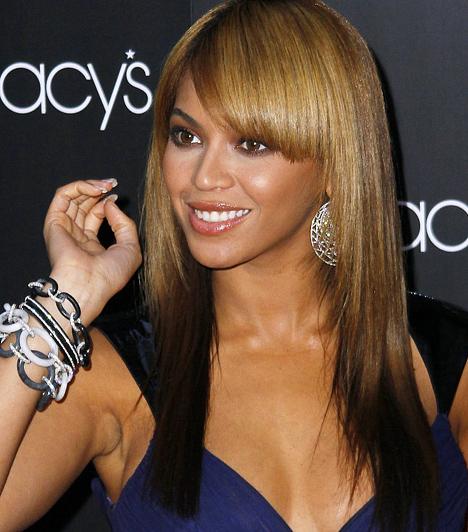 Beyoncé Knowles Az 1981-es születésű énekesnő már tíz Grammy-díjjal büszkélkedhet, a  People Magazin szerint pedig ott van a világ ötven legszebb embere között. A 2009-es világ körüli koncertturnéjával a becslések szerint 85 millió dollárt keresett.  Kapcsolódó hír: Ciki videó! Beyoncé majdnem fenékre esett a színpadon »