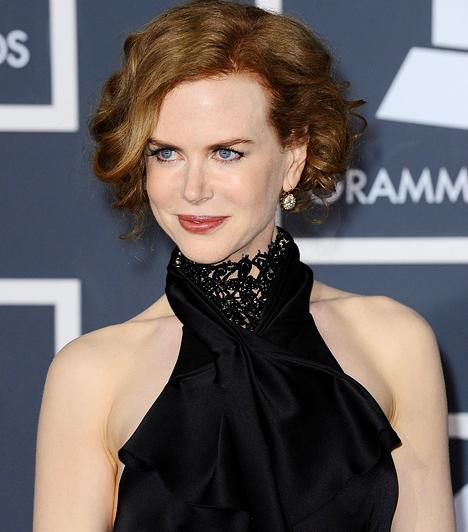 Nicole Kidman Hollywood egyik leggazdagabb asszonya 1967-ben született Hawaii szigetén, de ausztrál szülőktől. A vörös loknis színésznő 1983-ban kapta első kis szerepét, majd a BMX banditák című filmje már híressé tette. Később egyre komolyabb szerepeket kapott, és a kritikusok is elismerték tehetségét.  Kapcsolódó hír: Nicole Kidman arca rémisztően felpüffedt »