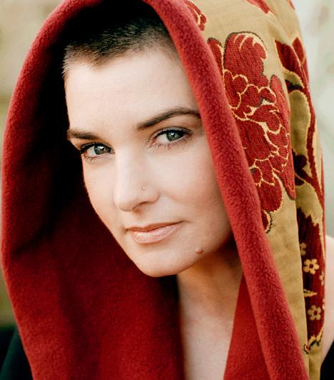Sinéad O'Connor Az 1966-os születésű ír származású Grammy-díjas énekesnő nem csupán lemezeinek köszönhetően kerül a nyilvánosság kereszttüzébe. Biszexualitásával, illetve a keresztény egyházat bíráló kijelentéseivel legalább annyit foglalkozik a sajtó.