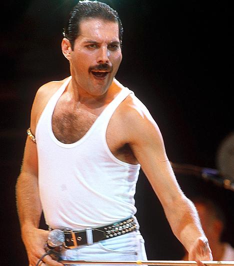 """Freddie Mercury Queen együttes kultikus frontembere 1978-ban született. Különleges énekhangjával és energikus, szuggesztív előadásmódjával évtizedeken keresztül rajongók millióit nyűgözte le. A Queennel utoljára 1986. augusztus 9-én állt a színpadra Knebworth Parkban, ahol 300 ezer rajongó előtt zenéltek. 1991-ben hunyt el AIDS-ben.Kapcsolódó hír: """"A szex olyan volt, mintha belőttem volna magam"""" »"""