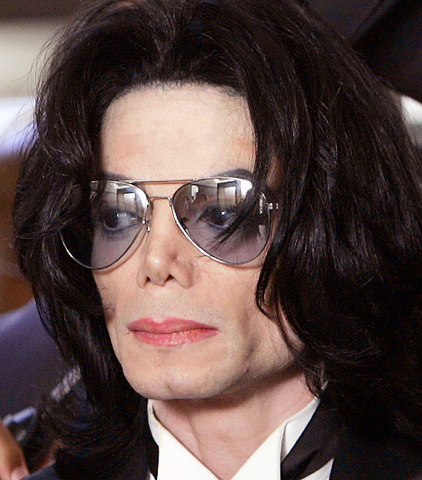 Michael Jackson 1958-ban született a Jackson család hetedik gyermekeként. Ikonná válásához nagyban hozzájárult különleges mozgása és tánctudása, a bravúros moonwalkkal vagy a robotokat idéző koreográfiával szó szerint megőrjítette rajongóit a koncerteken. 2009-ben hunyt el, halálát szívmegállás okozta.Kapcsolódó galéria:Michael Jackson élete »