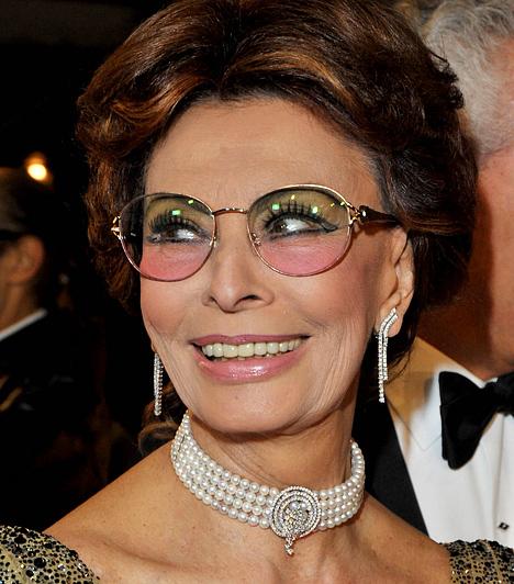 Sophia Loren Az 1934-es születésű színésznő az ötvenes évek végén egyre nagyobb hírnévre tett szert, köszönhetően az olyan hollywoodi filmeknek, mint az 1958-as Magányos apuka megosztaná. Az 1960-as Egy asszony meg a lányáért nemcsak a BAFTA-, hanem az Oscar-díjat is megkapta, valamint Cannes-ban is kitüntették.Kapcsolódó hír:Túl rövid szoknyát húzott a 75 éves Sophia Loren »