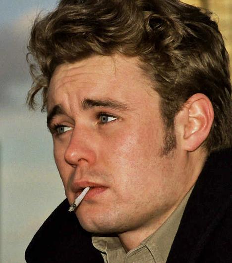 James Dean Az ötvenes években a fiatal lányok nagy kedvence vitathatatlanul az 1933-as születésű James Dean volt. Az Édentől keletre sztárja nemcsak szerepeiben volt lázadó, magánéletében sem volt egyszerű eset. A színészt korai - 1955-ben bekövetkezett - halála valóságos ikonná tette, személyiségéből számtalan művész merített inspirációt. Kapcsolódó hír: A fiatalon elhunyt sztár utolsó fotói »