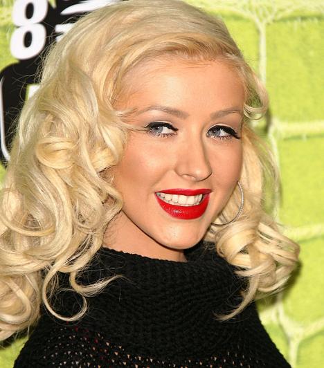 Christina Aguilera A félig equadori származású énekesnő 1980-ban született a Majom jegyében. Öt oktáv terjedelmű hangja eddig öt Grammy-díjat ért meg - 16 jelölésből.Kapcsolódó hír:Íme, Christina Aguilera, vastag smink nélkül »