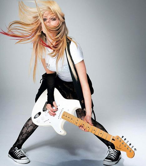 Avril Lavigne 1984. szeptember 27-én született Kanadában. A Patkány jegyű híresség első lemeze 16 millió példányban kelt el, a másodikat 8 millióan vették meg, legutóbbi albuma pedig átlépte az ötmillió eladott példányt.  Kapcsolódó cikk: Smink nélkül csúf kisegér Avril Lavigne »