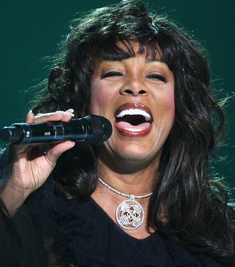 Donna Summer Albumaiból világszerte 130 millió példány gazdagította a zenebarátok gyűjteményét. Átütő sikert először a Love To Love You Baby című dalával aratott a hetvenes évek közepén, ami hazájában, az Egyesült Államokban szinte eksztatikus állapotba kergette a rajongókat. 1948-ban született a Patkány jegyében.Kapcsolódó cikk:Így néznek ki most a diszkó királynői »