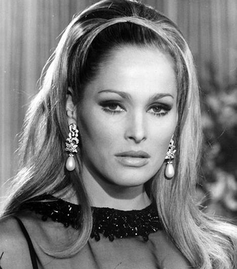 Ursula Andress A svájci színésznőt az első James Bond-film, az 1962-es Dr. No tette a hatvanas évek egyik legnépszerűbb szexszimbólumává, ő testesítette meg ugyanis Honey Ridert, a filmtörténet első Bond-lányát. 1936-ban született a Patkány jegyében.Kapcsolódó cikk:Az elmúlt 50 év legdögösebb szexszimbólumai »