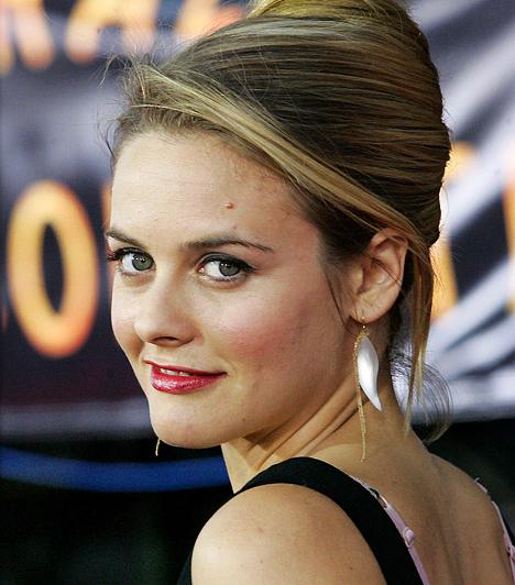 Alicia Silverstone A szőke színésznő 1976 októberében született. Már hatévesen a kamerák előtt állt gyerekmodellként, később a Spinédzserek és a Batman és Robin című filmekből vált ismertté.  Kapcsolódó hír: Iszonyúan pattanásos smink nélkül a szőke sztár »