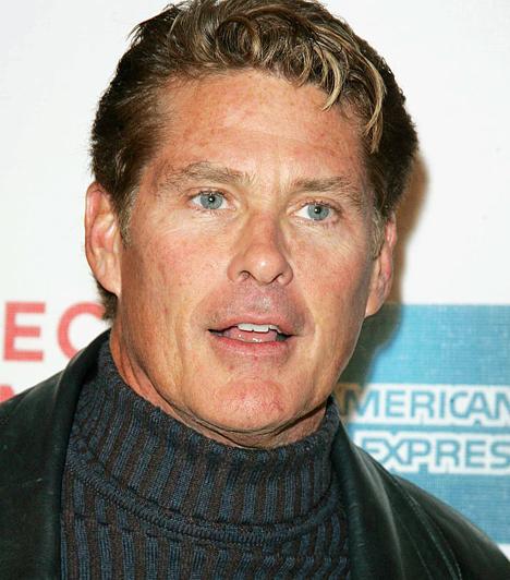 David Hasselhoff Az 1952-es születésű hírességet a nyolcvanas években ismerhettük meg a Knight Rider című sorozat Michaeljeként. Később pedig a Baywatch című sorozatban csodálhattuk meg dús mellszőrzetét és piros úszónadrágját. Kapcsolódó hír: Kórházba szállították a holtrészeg Hasselhoffot »