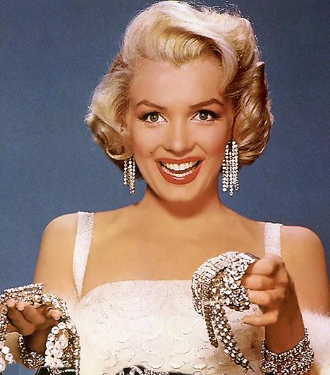Marilyn Monroe Norma Jeane Mortenson néven született 1926-ban. Golden Globe-díjas színésznő és szexszimbólum volt - 1953-ban ő volt a Playboy első címlaplánya. 1962-ben hunyt el, máig tisztáztalan körülmények között - ám mítosza azóta sem halványodott. Kapcsolódó hír: Marilyn Monroe utolsó fotói »