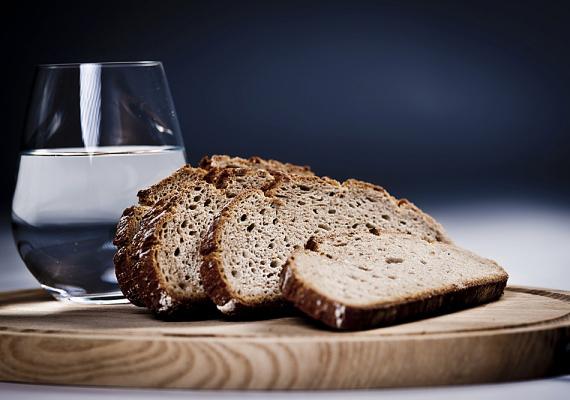 Június 13-án Szent Antalt kérheted, mutassa meg, ki lesz a jövendőbelid. Ha egész nap csak kenyeret és vizet fogyasztasz, majd éjfélkor gyertyát gyújtasz, átléped az ágyad, és tükröt teszel magad mellé, hamarosan megtudod.