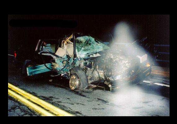 Őrangyal, szellem vagy fotómanipuláció? A balesetet mindenesetre túlélték a kocsiban ülők. A fehér alakot a baleset után kapták lencsevégre.