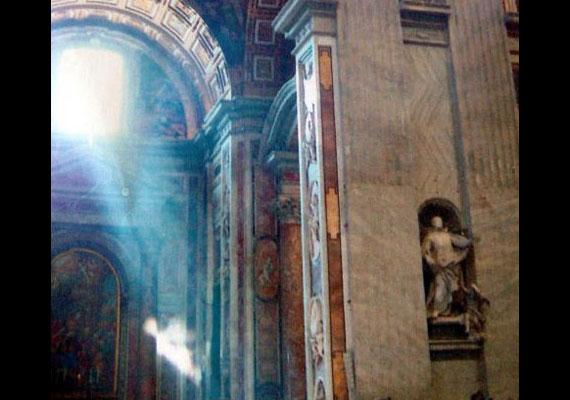 Andy Key, a visszavonult rendőr a Vatikánban tett látogatásakor kapta lencsevégre a jelenést.
