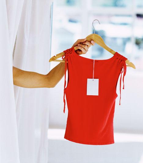 Piros ruhaA piros szín a flörtölni vágyók kedvence. Egy jól megválasztott darab nem csak figyelemfelkeltő, de szenvedélyes energiákat sugároz.