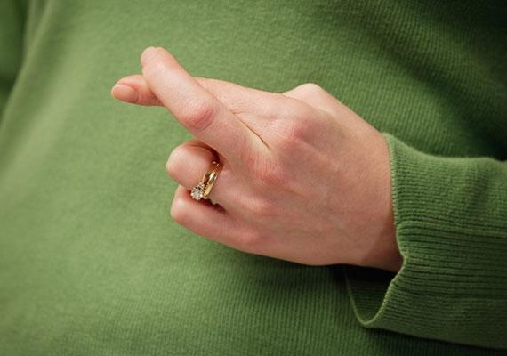 A keresztbe tett ujjak megvédenek a balszerencsétől.