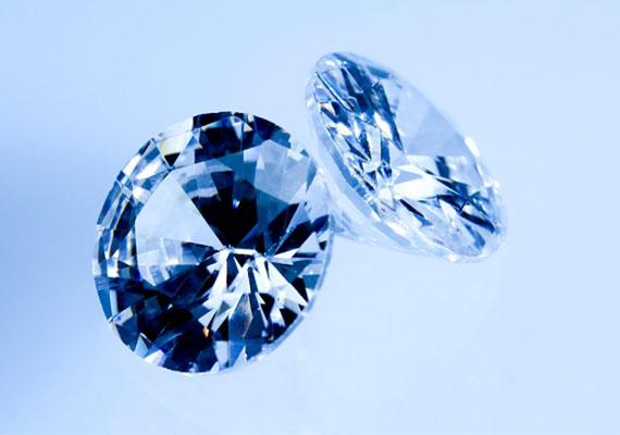 A ragyogó drágakő az álomban, legyen az gyémánt, smaragd vagy rubin, bőséget, gazdagságot ígér a jövőre nézve.