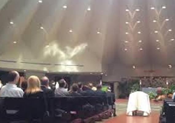 Vajon ez a különleges jelenség fényjáték vagy valódi angyal lehetett? Akárhogy is, érdekes, hogy éppen egy temetésen jelent meg Illinois-ban, Niles-ban.
