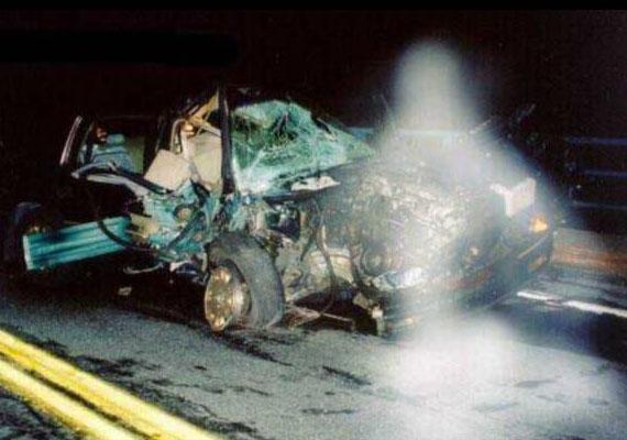 Autóbaleset utáni fotó, amelyet egy, a New York-i tűzoltóságnál dolgozó nő, Sharon Boo készített. Mint munkaköre előírja, a baleset után képekben kellett dokumentálnia a történteket, amelyek közül az egyiken utólag egy angyalszerű alakot fedeztek fel. A kocsi utasai túlélték a balesetet, sokan vélik úgy, az angyal is segíthetett ebben.